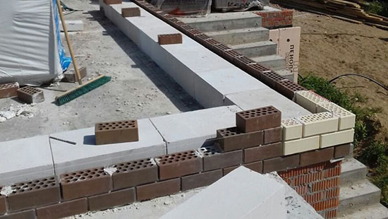 Правила облицовки стен дома из газобетона кирпичом